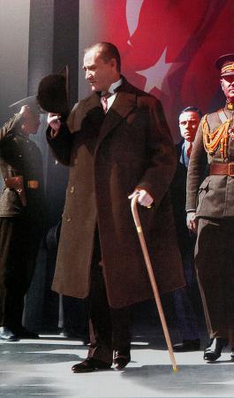 Atatürk Meclisten Çıkarken 0