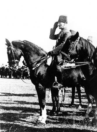 Atatürk Ata Binerken resim