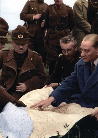 Atatürk Cephede Harita İncelerken resim