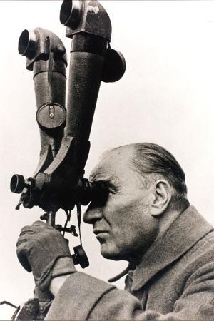 Atatürk Dürbün Başında resim