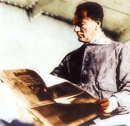 Atatürk Gazete Okurken resim