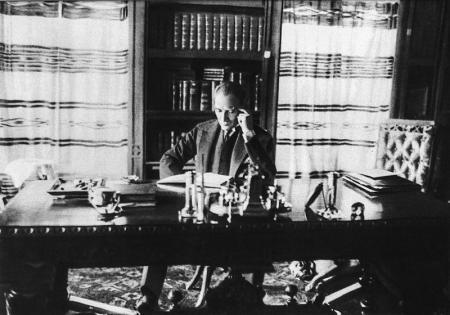 Atatürk Kitap Okurken - 2 resim