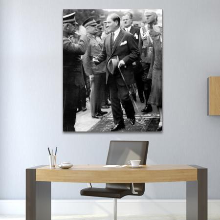 Atatürk Komutanları Selamlarken resim2