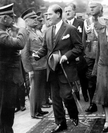 Atatürk Komutanları Selamlarken resim