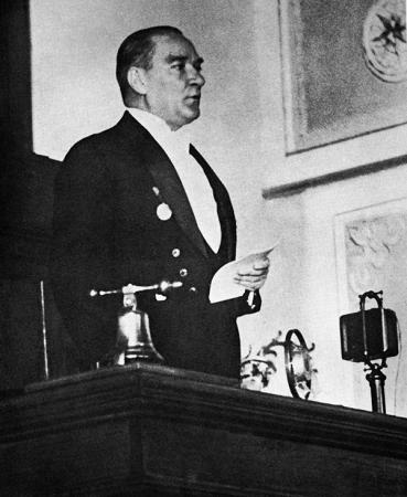 Atatürk Kürsüde resim