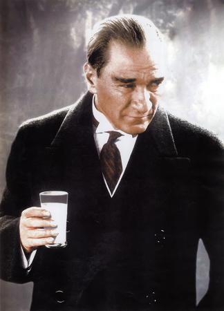 Atatürk Rakı İçerken resim