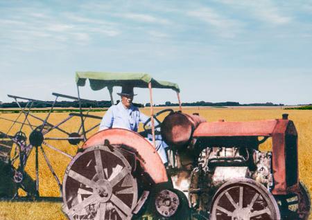 Atatürk Traktör Kullanırken resim