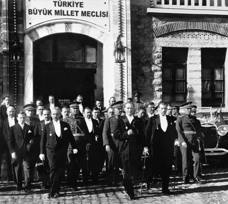 Atatürk ve İsmet İnönü Meclisten Çıkarken resim