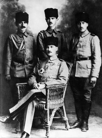 Mustafa Kemal Paşa ve Yaverleri resim