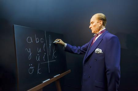 Alfabe Öğreten Atatürk Tablosu resim