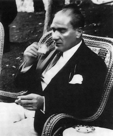 Atatürk Türk Kahvesi İçerken resim